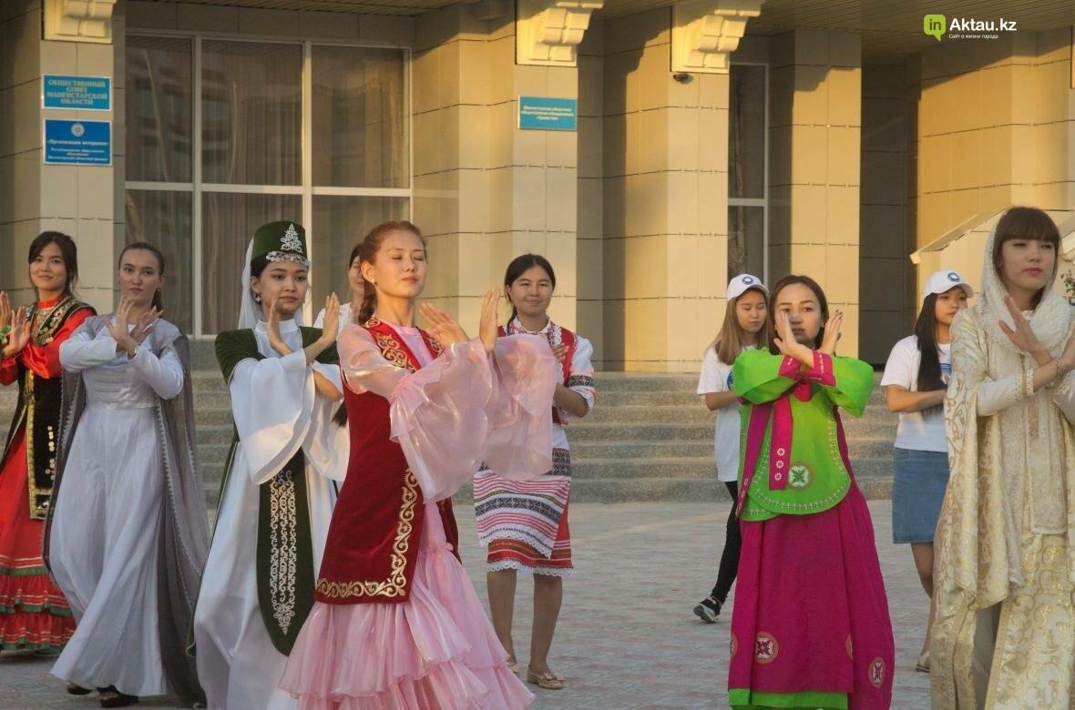 В Актау в честь Дня Конституции прошел молодежный флешмоб (Видео), фото-13