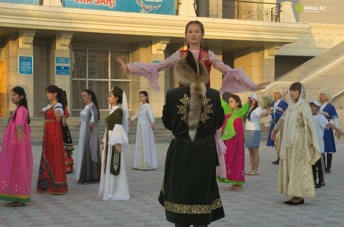 В Актау в честь Дня Конституции прошел молодежный флешмоб (Видео), фото-14