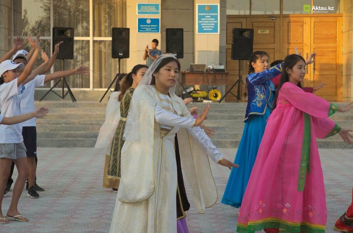 В Актау в честь Дня Конституции прошел молодежный флешмоб (Видео), фото-12