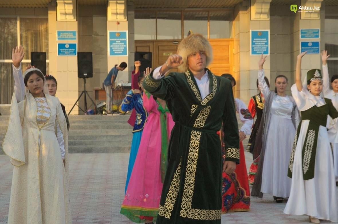 В Актау в честь Дня Конституции прошел молодежный флешмоб (Видео), фото-11