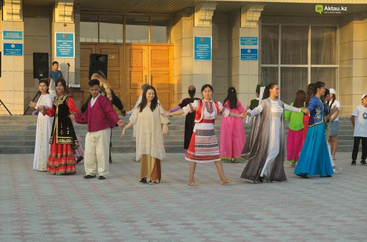 В Актау в честь Дня Конституции прошел молодежный флешмоб (Видео), фото-15
