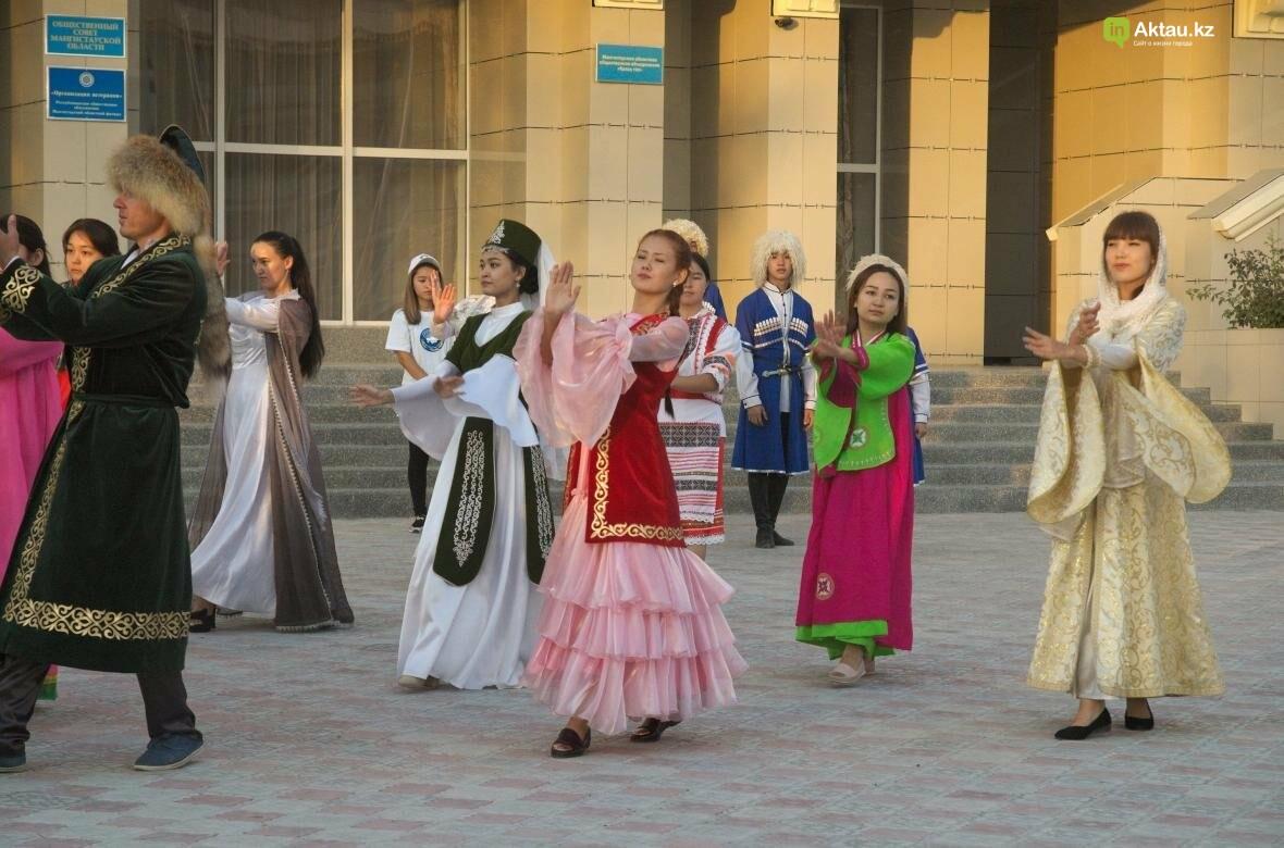 В Актау в честь Дня Конституции прошел молодежный флешмоб (Видео), фото-19