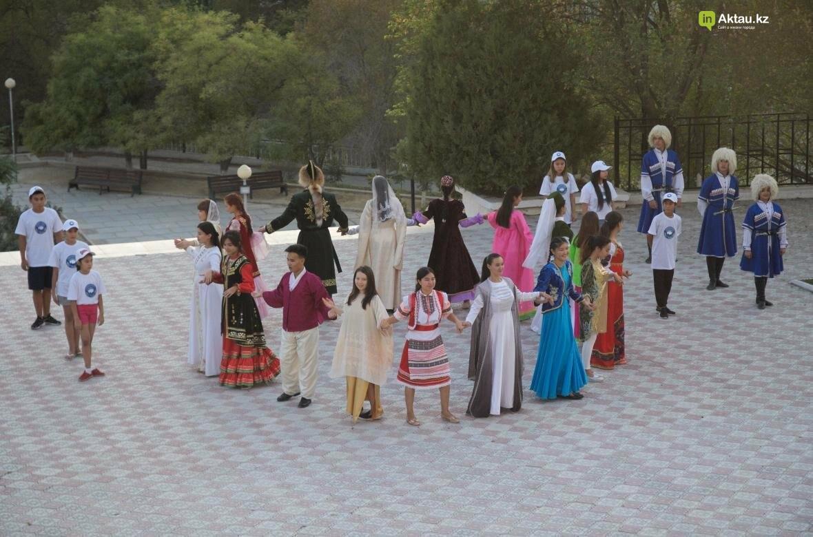 В Актау в честь Дня Конституции прошел молодежный флешмоб (Видео), фото-20