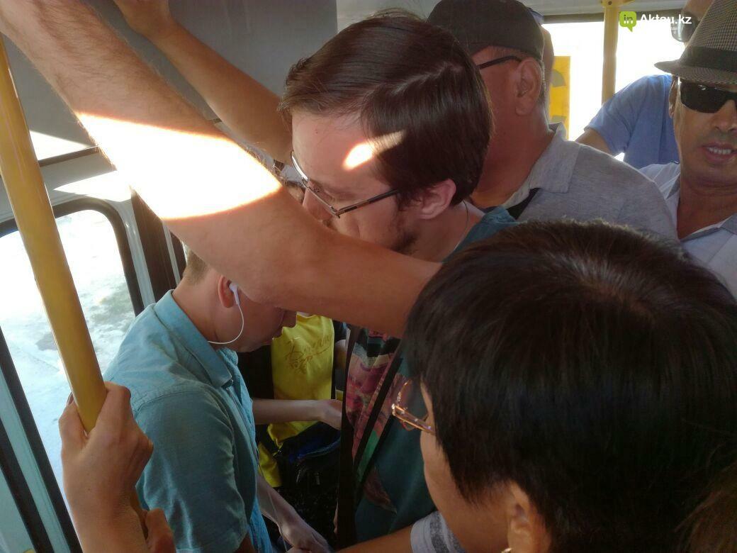 Жители Актау пожаловались на переполненные автобусы, фото-4