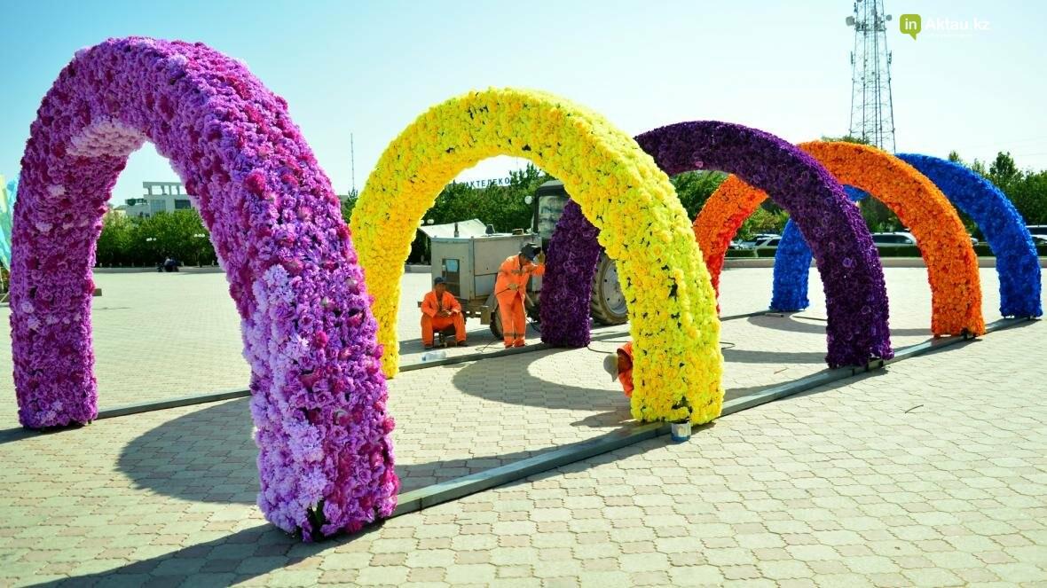 В Актау на площади Ынтымак установлены цветочные арки (Видеосюжет), фото-2