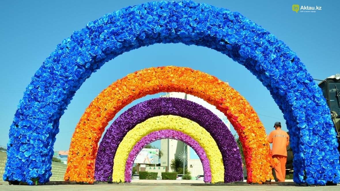 В Актау на площади Ынтымак установлены цветочные арки (Видеосюжет), фото-3