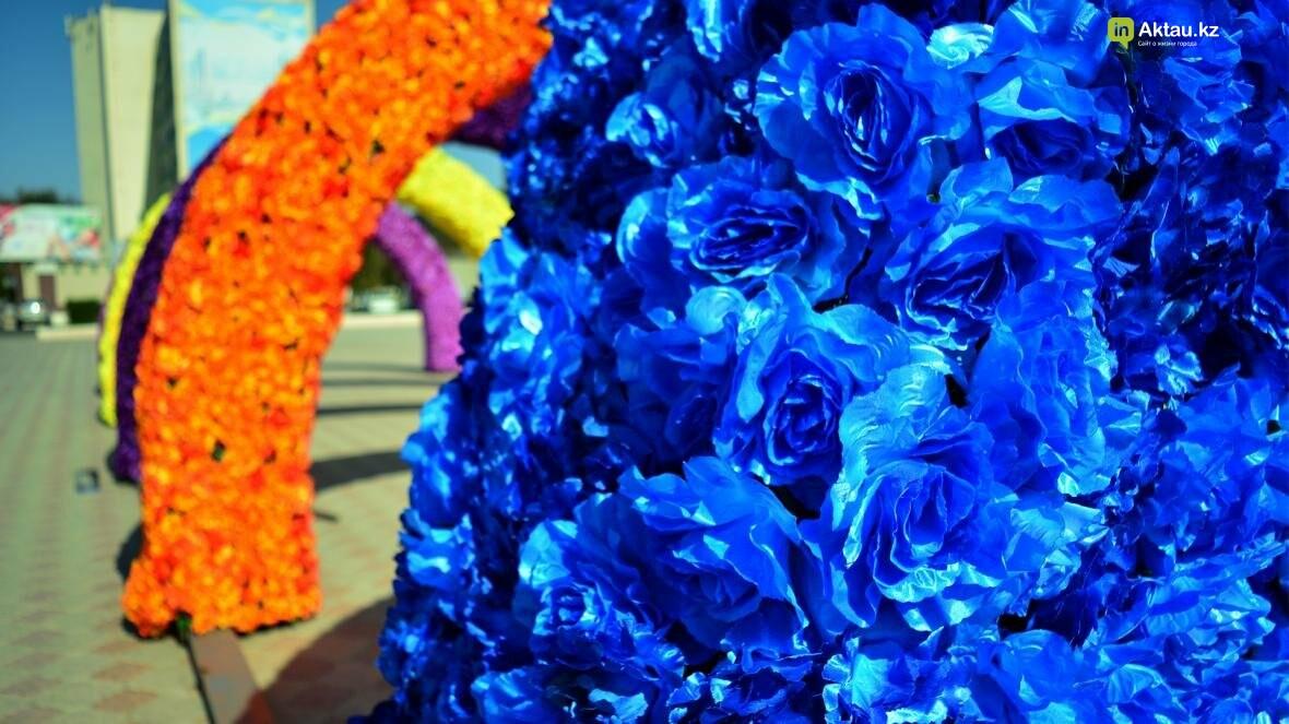 В Актау на площади Ынтымак установлены цветочные арки (Видеосюжет), фото-1