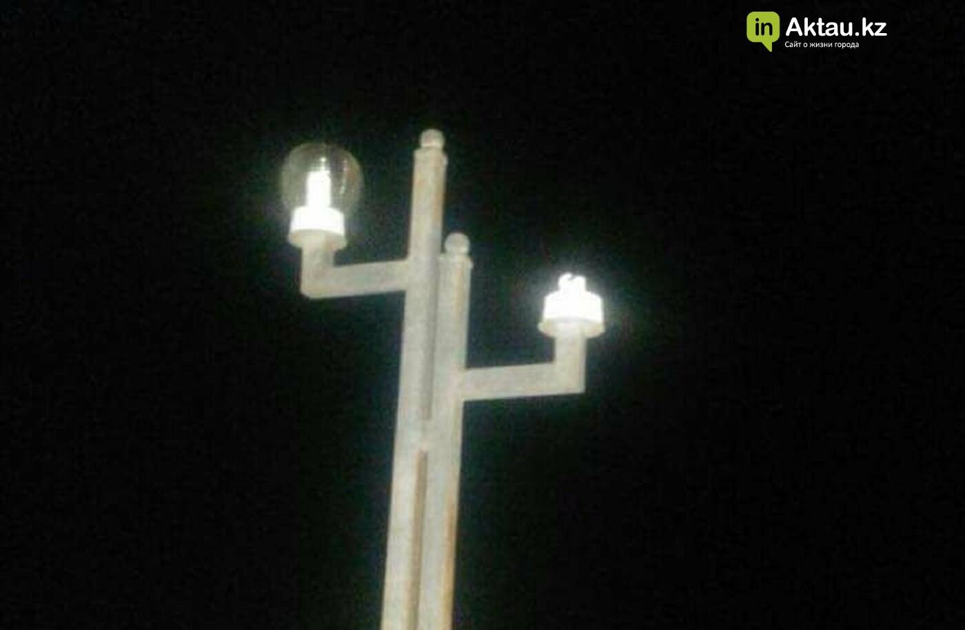 Вандалы в Акшукуре перебили недавно установленные фонари на главной площади , фото-1