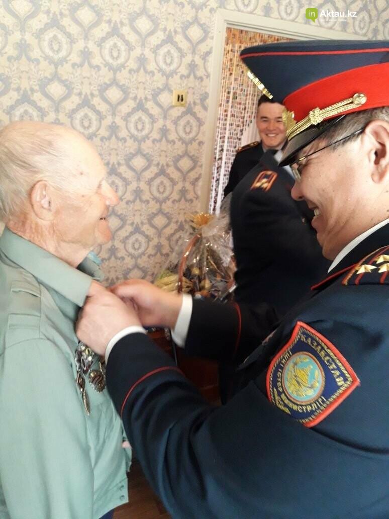 Полицейские Актау поздравили ветеранов ВОВ с Днем Победы, фото-2