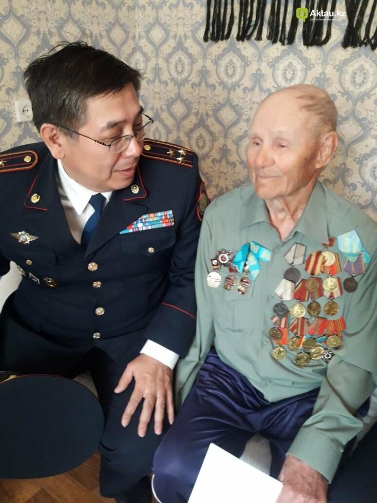 Полицейские Актау поздравили ветеранов ВОВ с Днем Победы, фото-1
