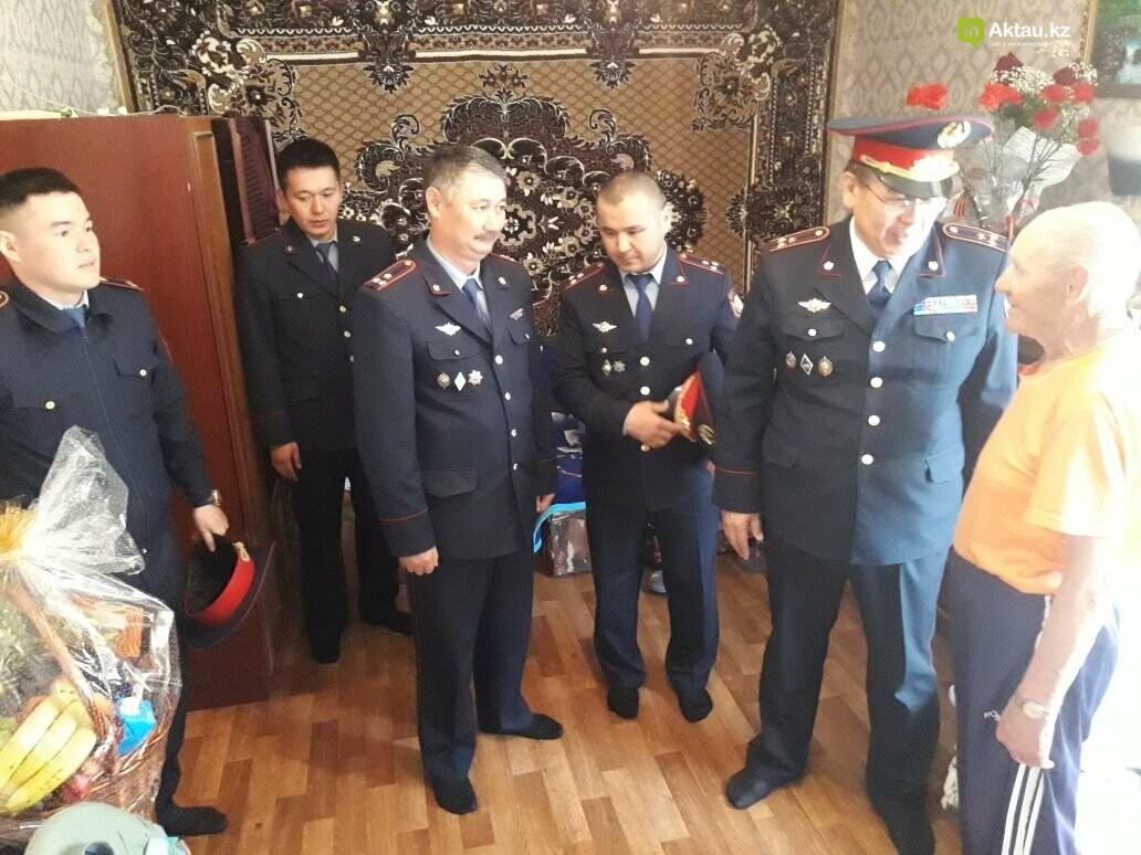 Полицейские Актау поздравили ветеранов ВОВ с Днем Победы, фото-4