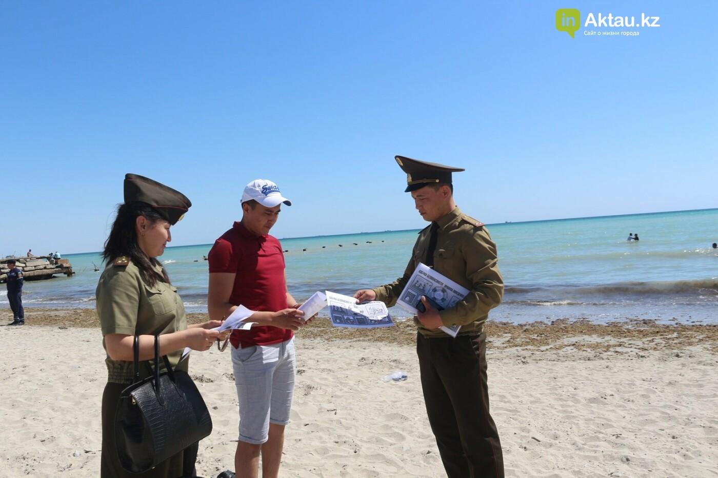 В Актау спасатели на пляжах распространяют памятки поведения на воде, фото-1