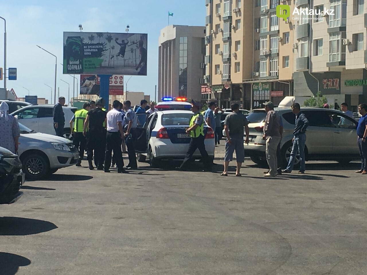 """Очевидцы: На отделение """"Цеснабанка"""" в Актау напали вооружённые люди (ДОПОЛНЕНО), фото-1"""