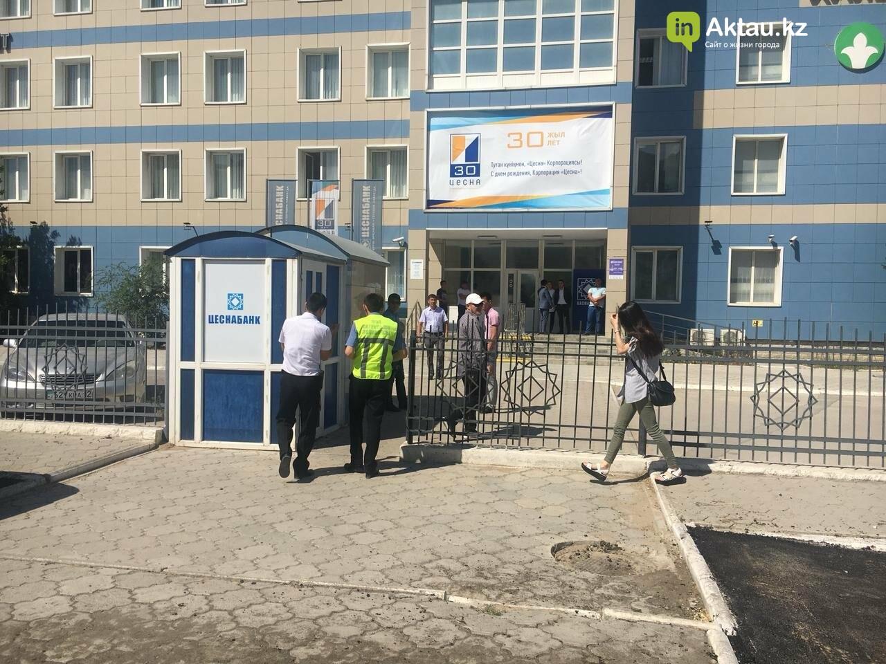 """Очевидцы: На отделение """"Цеснабанка"""" в Актау напали вооружённые люди (ДОПОЛНЕНО), фото-2"""