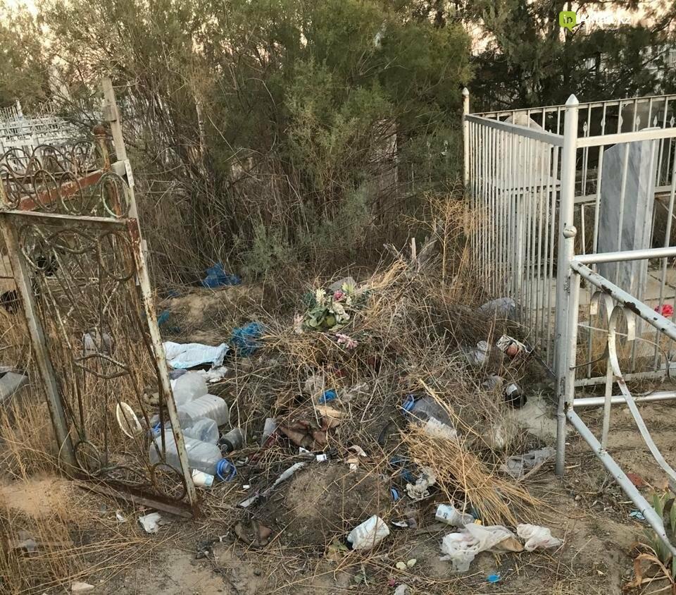 Превратили в свалку: жители Актау пожаловались на состояние христианского кладбища, фото-12