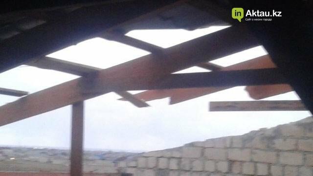 В Мангистау в жилом доме ветром сорвало крышу (ФОТО), фото-3