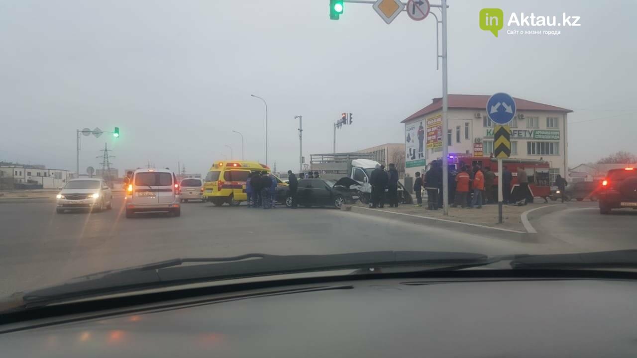 Три человека пострадали в аварии на перекрестке в Актау, фото-1