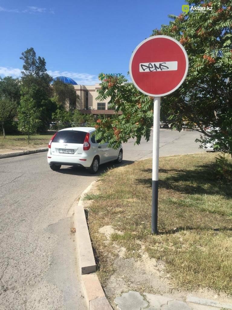 Разрисовавшего дорожные знаки вандала задержала полиция в Актау, фото-4