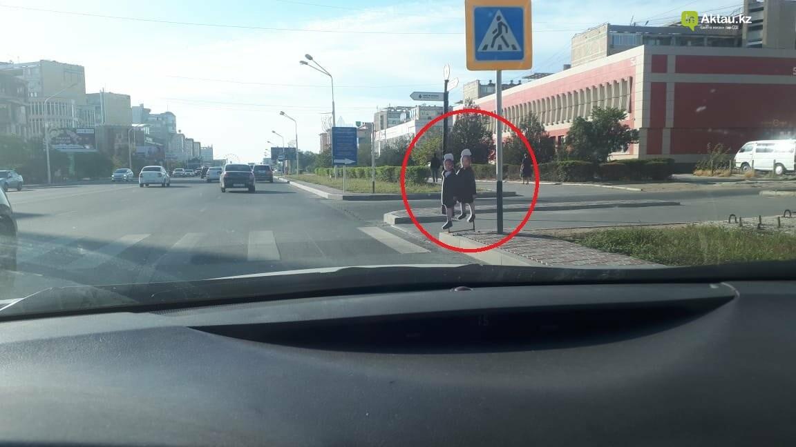 Странные школьники появились на пешеходных переходах Актау, фото-1