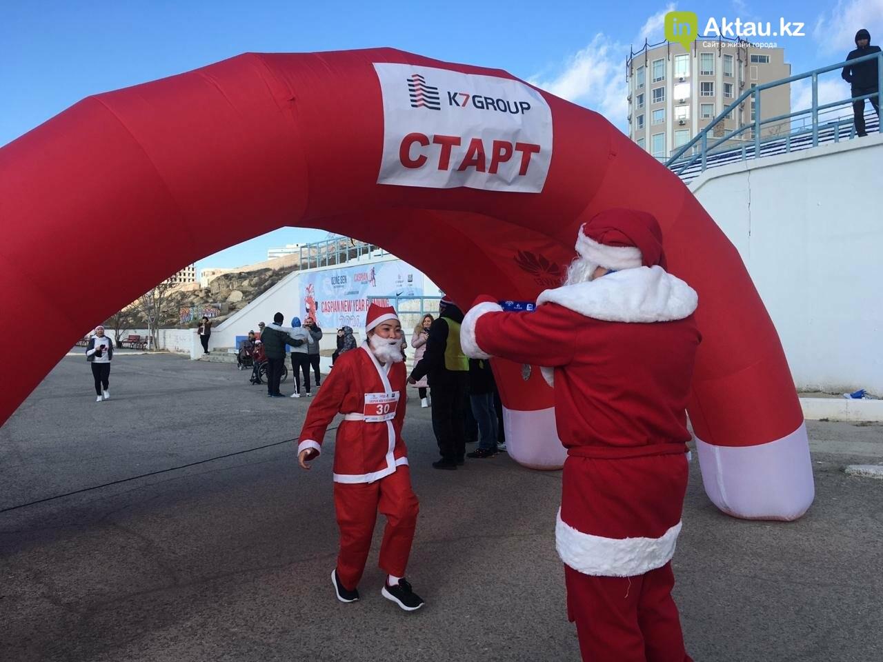 Новогодний забег Дедов Морозов прошел в Актау, фото-4