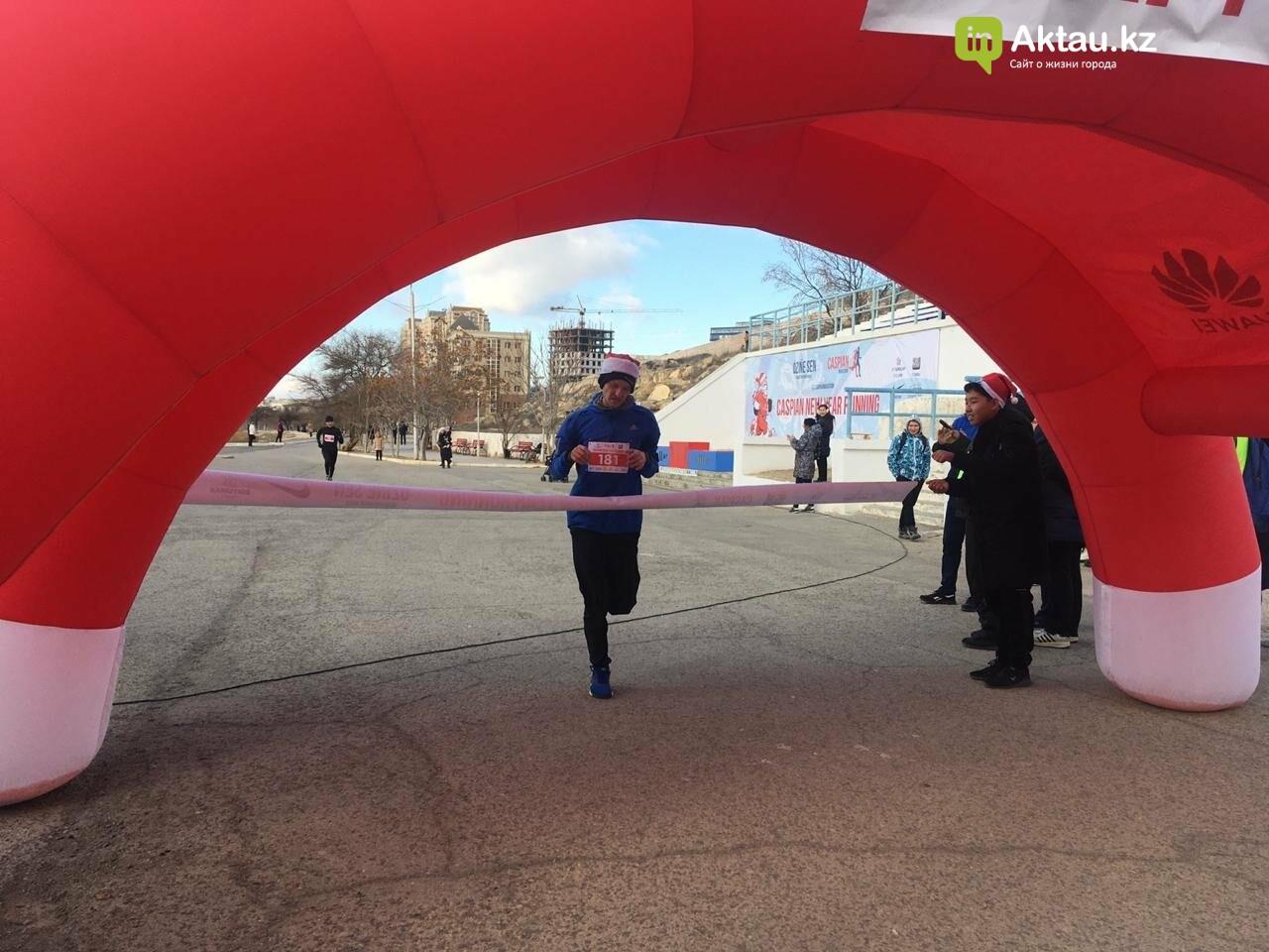 Новогодний забег Дедов Морозов прошел в Актау, фото-2