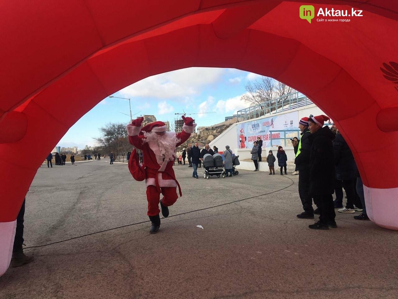Новогодний забег Дедов Морозов прошел в Актау, фото-3