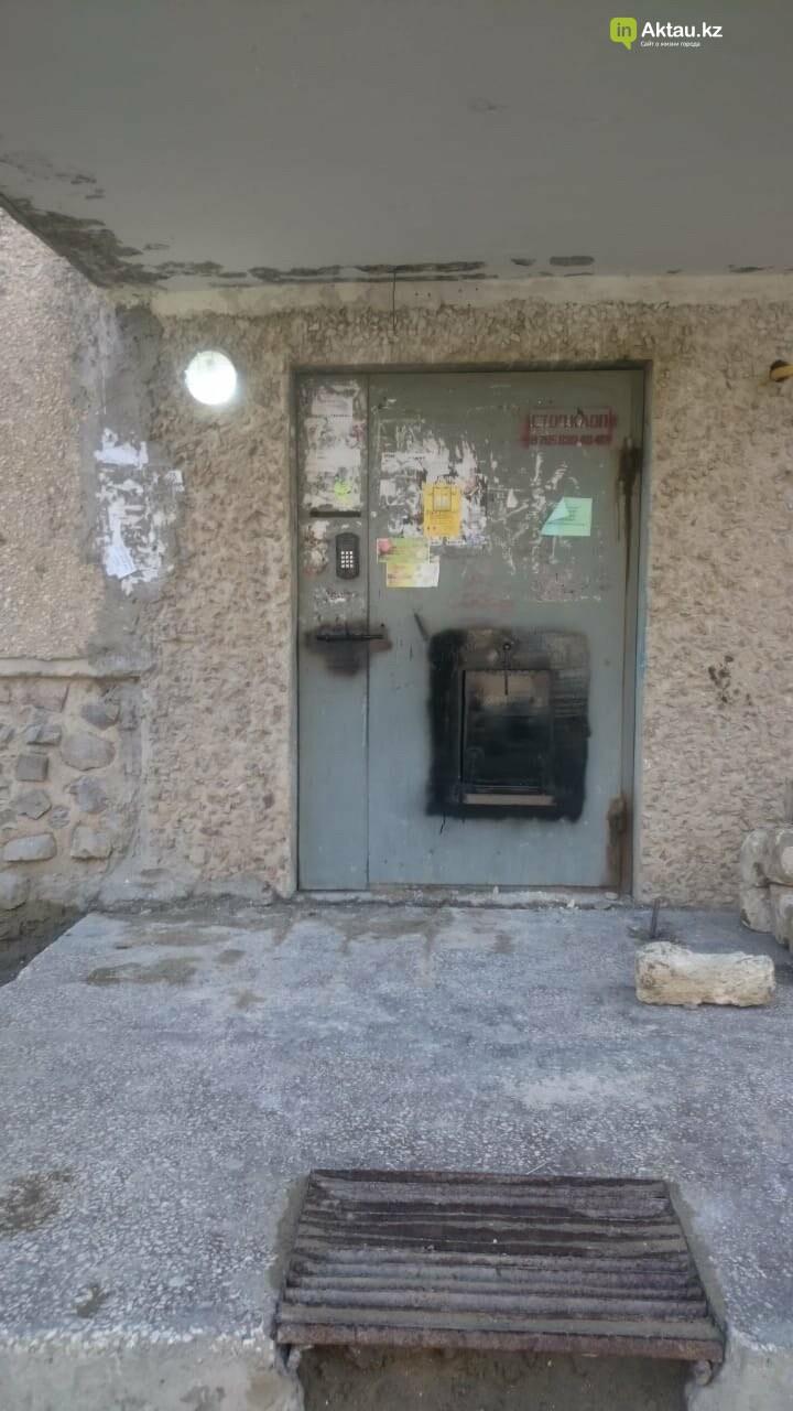 В Актау двери в изолированный подъезд  дома в 11 микрорайоне закрыли на щеколду снаружи, фото-1