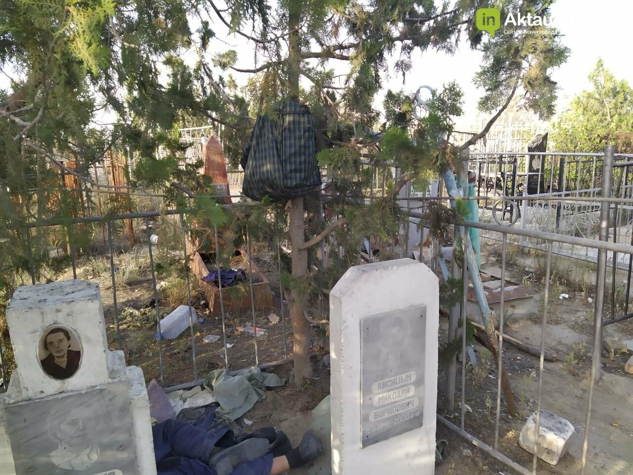 """В Актау бомжи """"облюбовали"""" христианское кладбище, фото-1"""