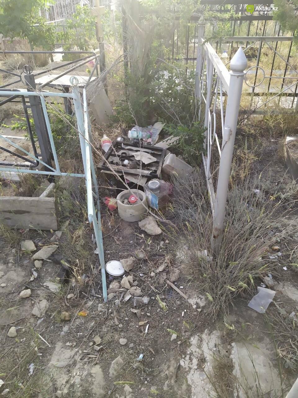 """В Актау бомжи """"облюбовали"""" христианское кладбище, фото-3"""