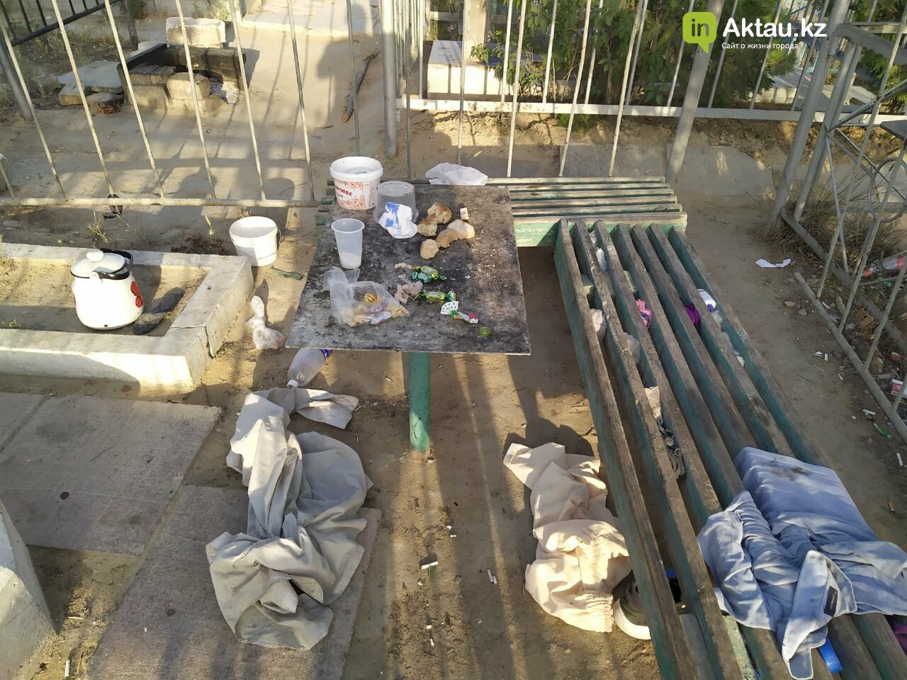 """В Актау бомжи """"облюбовали"""" христианское кладбище, фото-4"""