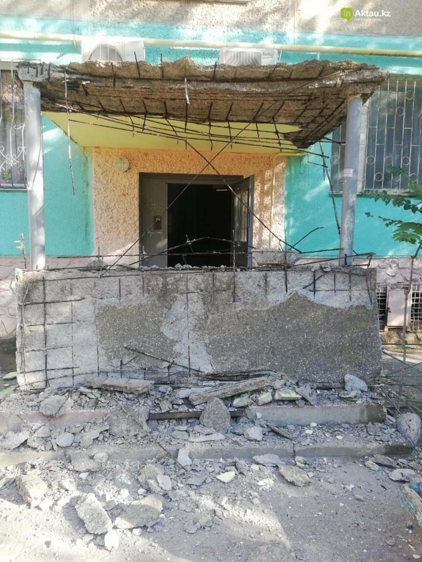 В 8 микрорайоне Актау у дома обрушился козырек, фото-1