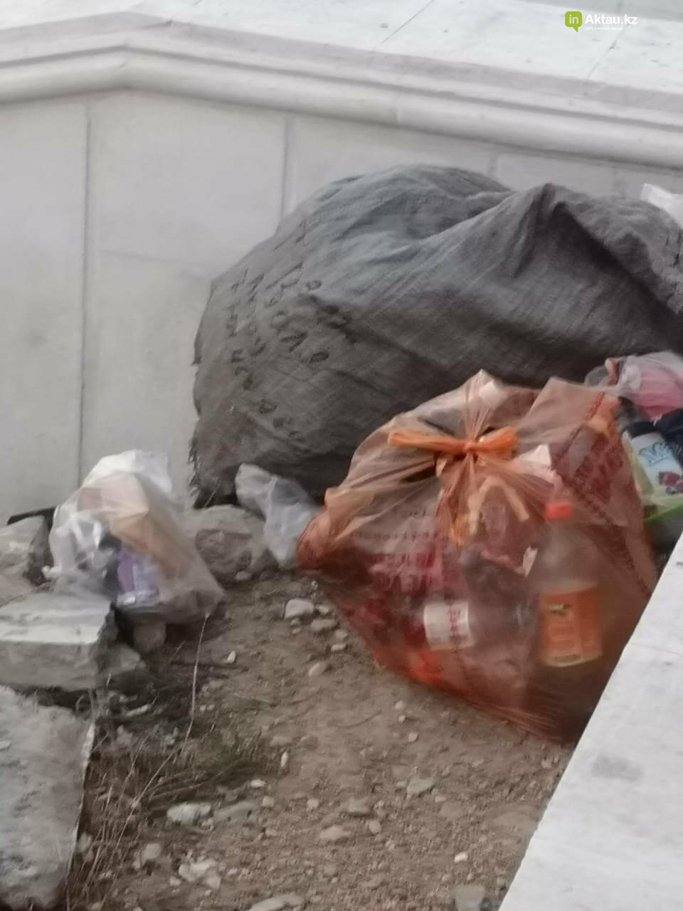 """""""Просто бардак!"""": жители Актау жалуются на санитарное состояние набережной, фото-1"""