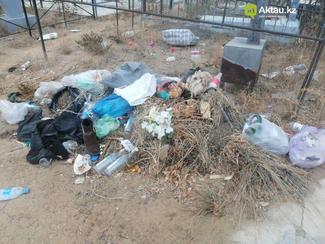 Жители Актау пожаловались на мусор на православном кладбище , фото-1