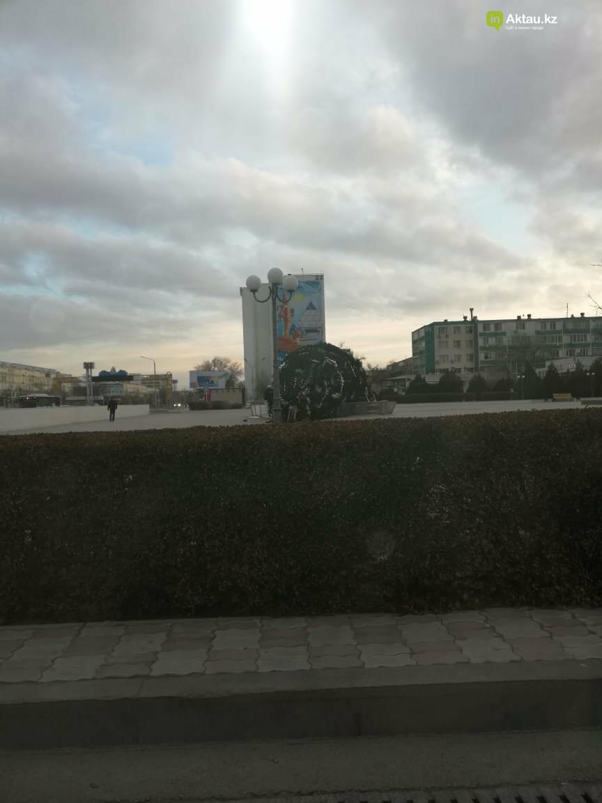 В Актау рухнула новогодняя елка, фото-2