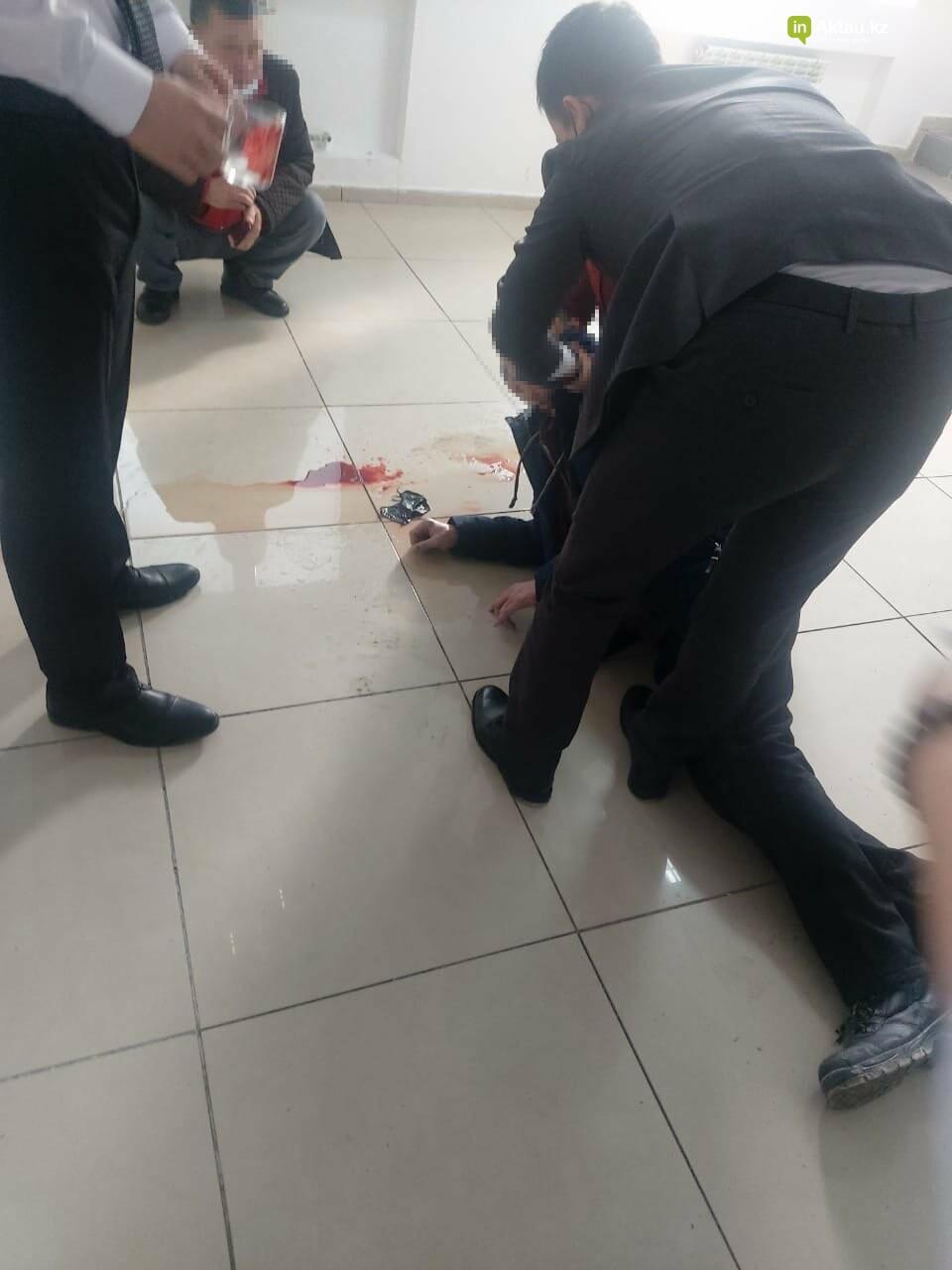 В Актау сотрудник ЦОНа спас посетителя, фото-1