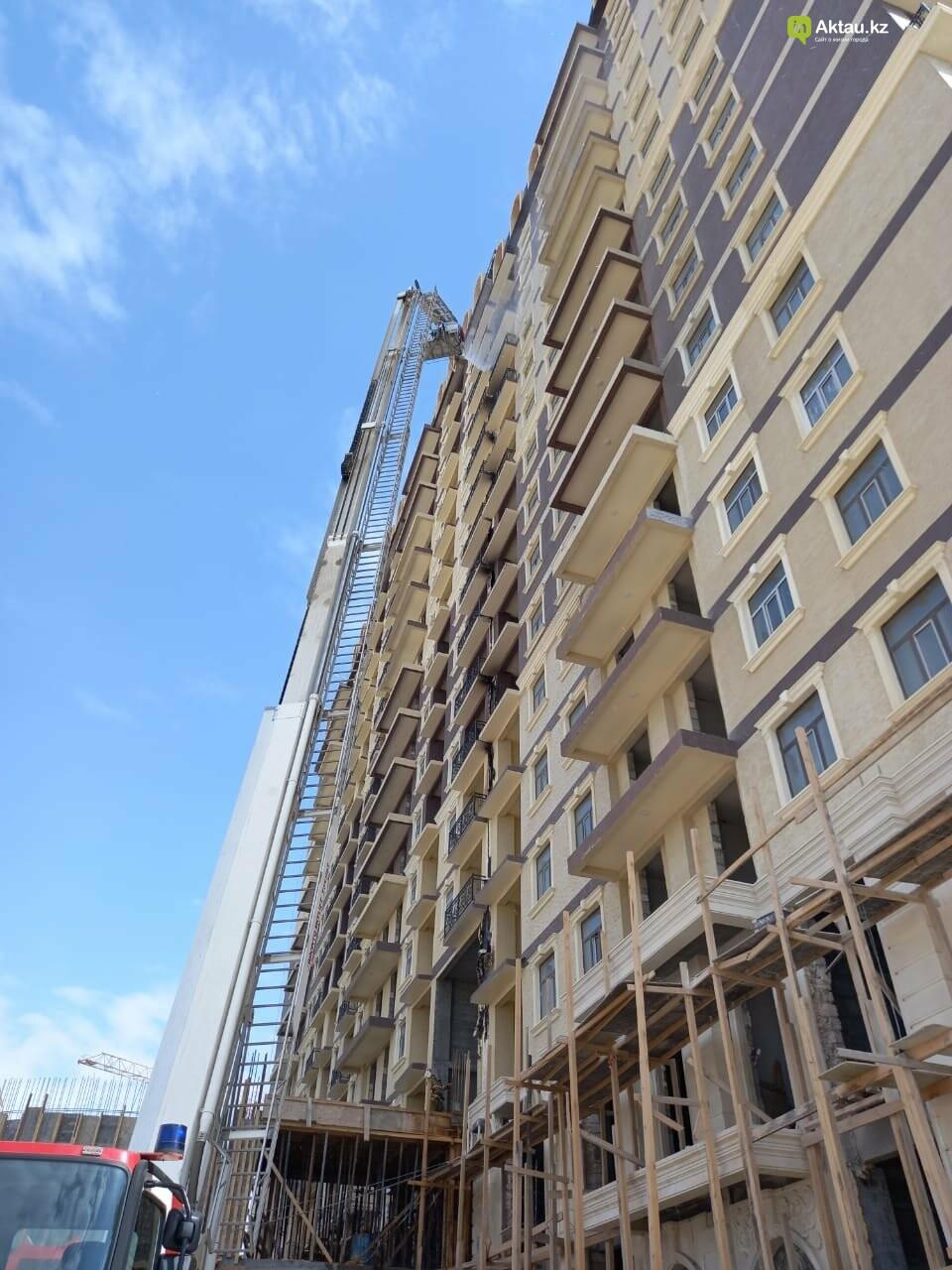 В Актау горела обшивка нового жилого комплекса, фото-1