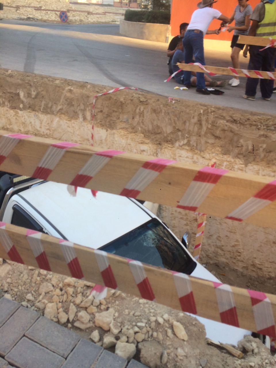 На территории жилого комплекса Актау водитель провалился в выкопанную траншею. Видео, фото-1