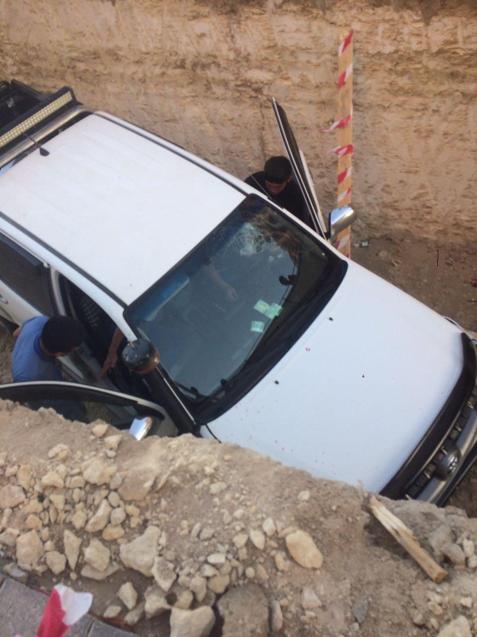 На территории жилого комплекса Актау водитель провалился в выкопанную траншею. Видео, фото-2