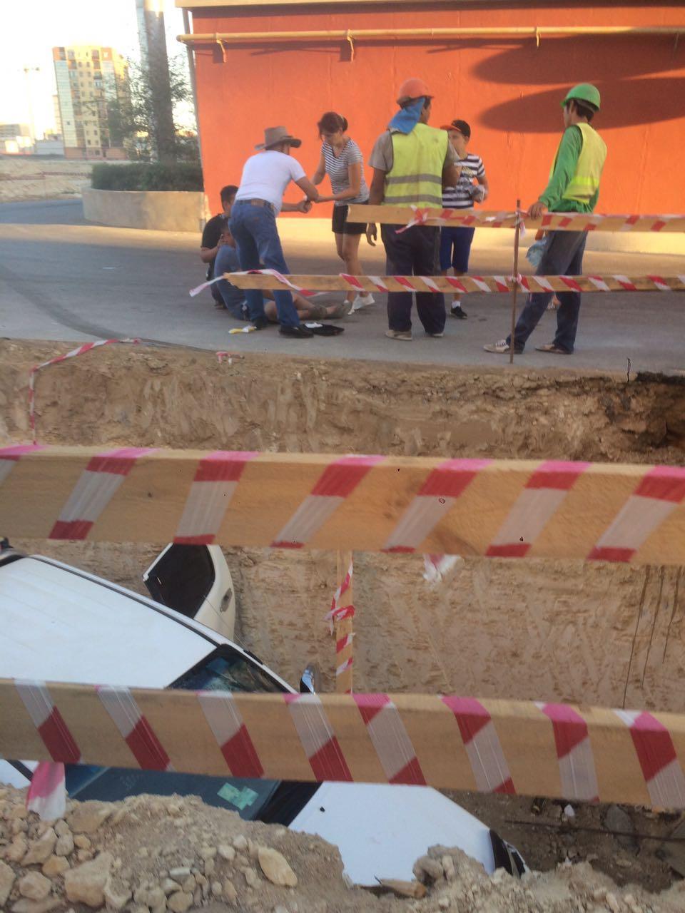 На территории жилого комплекса Актау водитель провалился в выкопанную траншею. Видео, фото-3