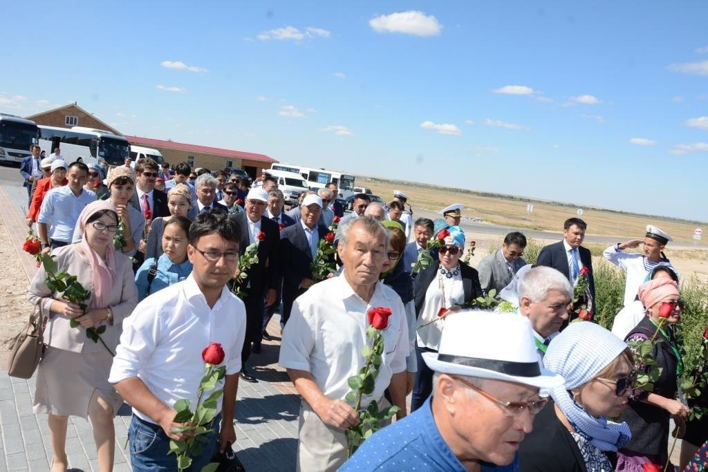 Делегация из Мангистау почтила память Абиша Кекильбаева в Астане, фото-4
