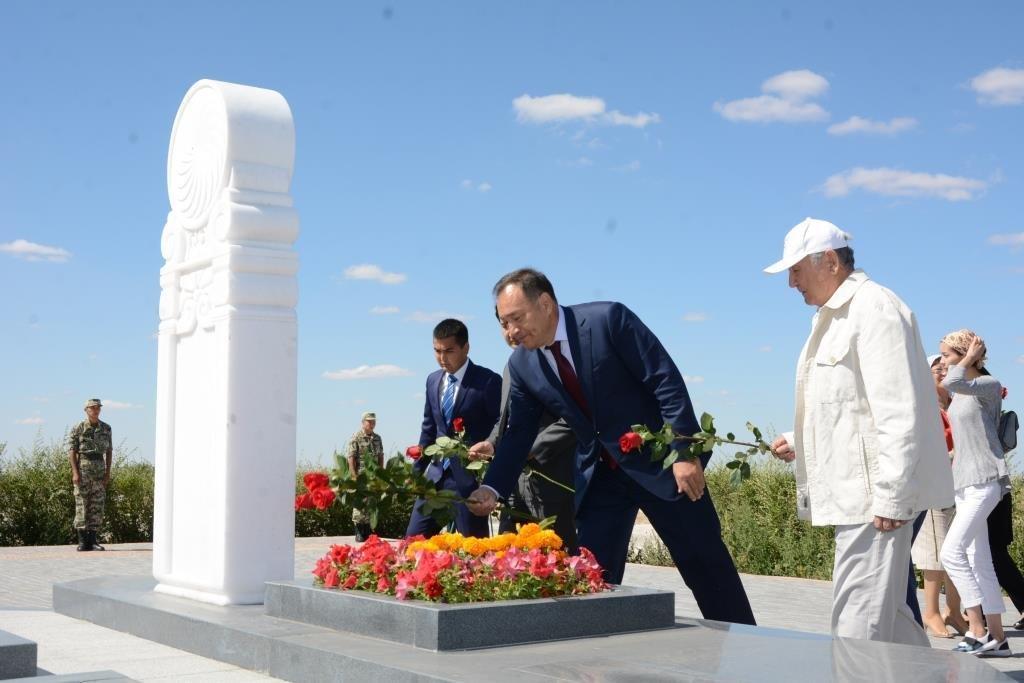 Делегация из Мангистау почтила память Абиша Кекильбаева в Астане, фото-5