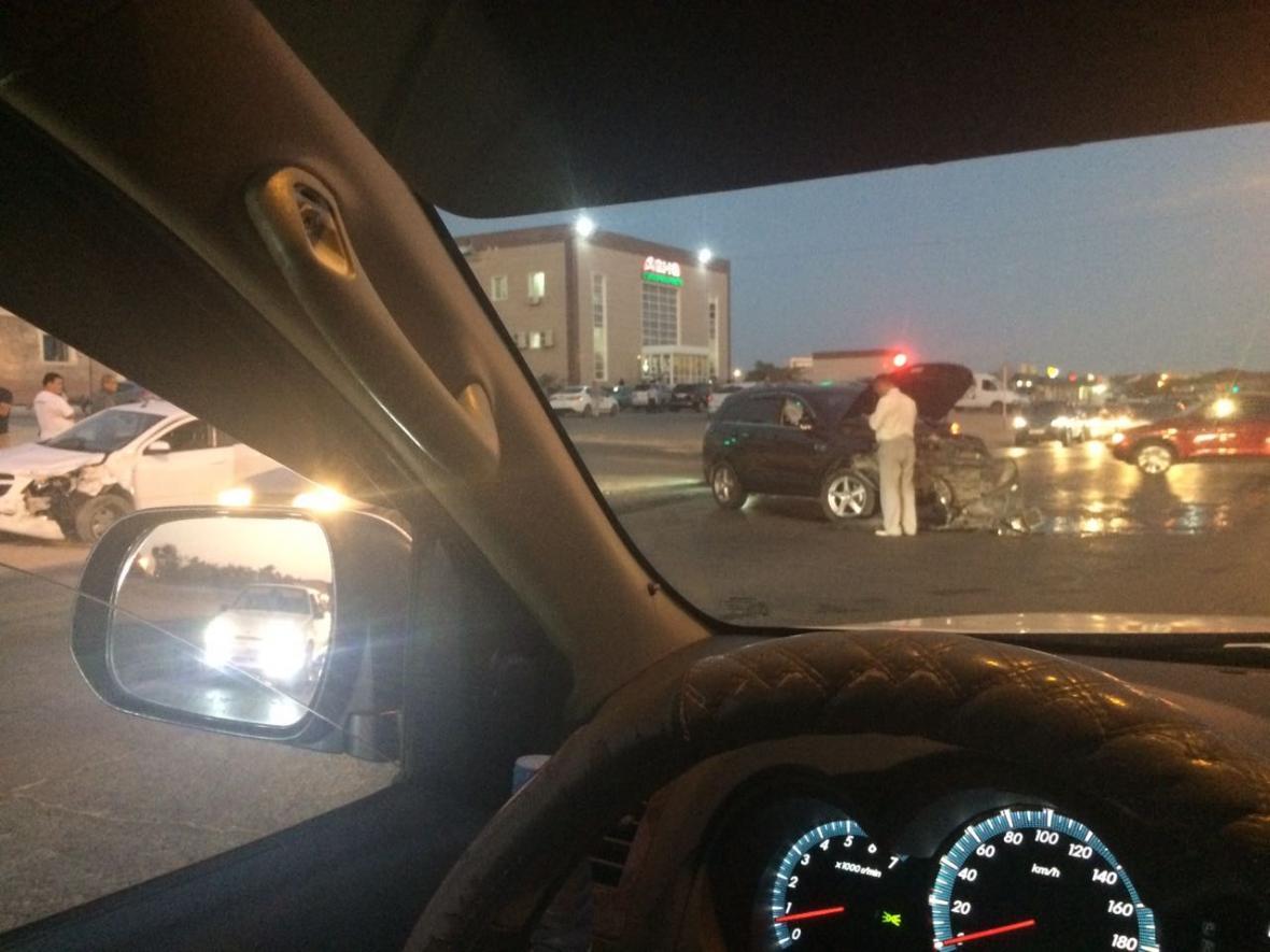 У супермаркета в Актау столкнулись два автомобиля (Фото), фото-2