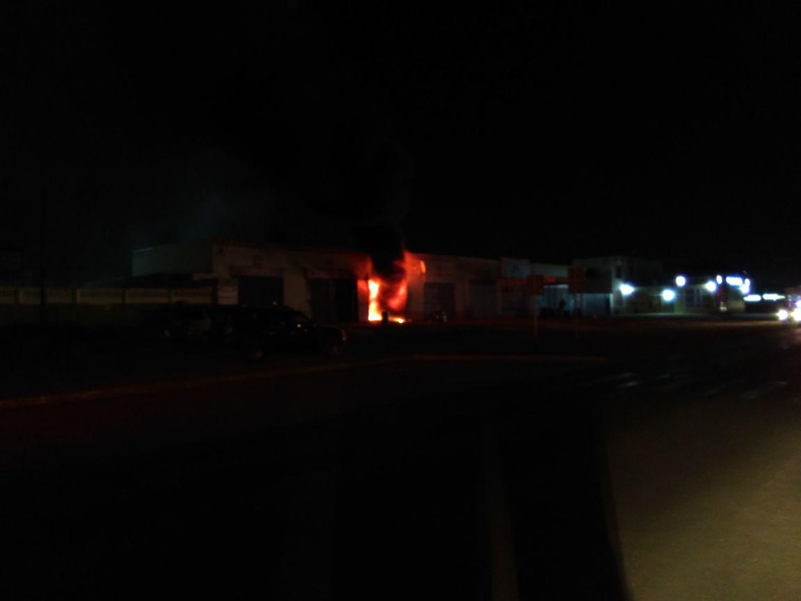 В Актау загорелся автоцентр (Видео), фото-3