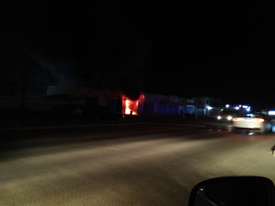 В Актау загорелся автоцентр (Видео), фото-2