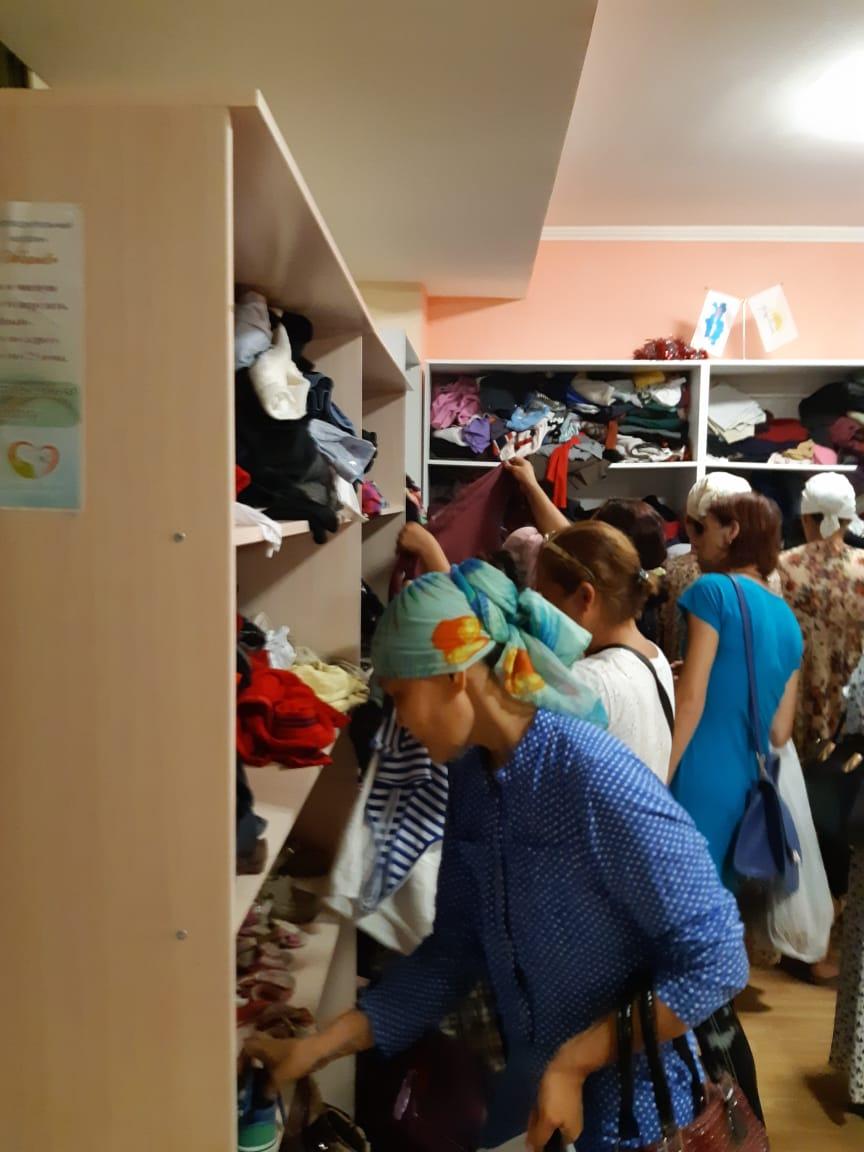 Малоимущим семьям в Актау раздали почти тонну одежды, фото-2