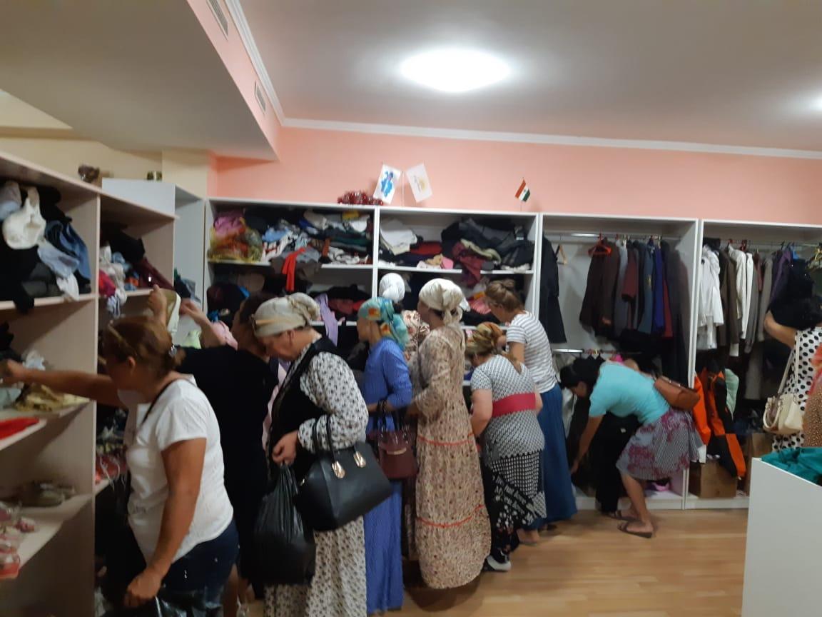 Малоимущим семьям в Актау раздали почти тонну одежды, фото-1