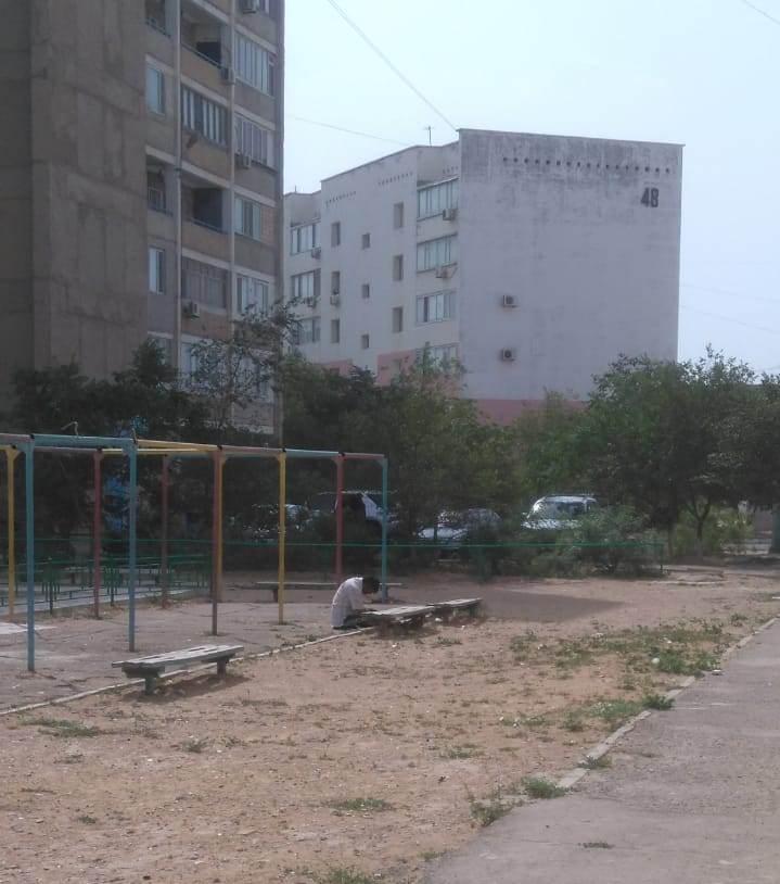 Мужчину без сознания нашли жители Актау утром на детской площадке, фото-1
