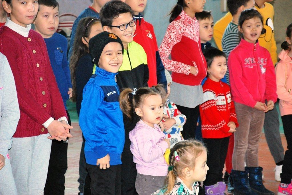 В Актау фанаты футбола организовали для детей благотворительную акцию, фото-20