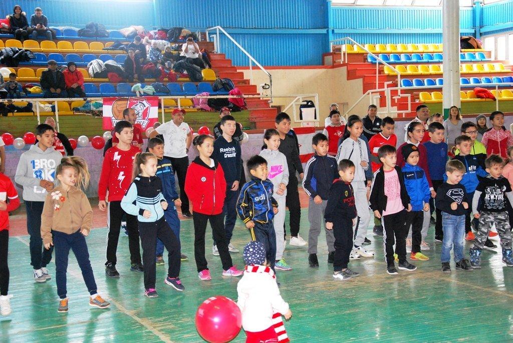 В Актау фанаты футбола организовали для детей благотворительную акцию, фото-27