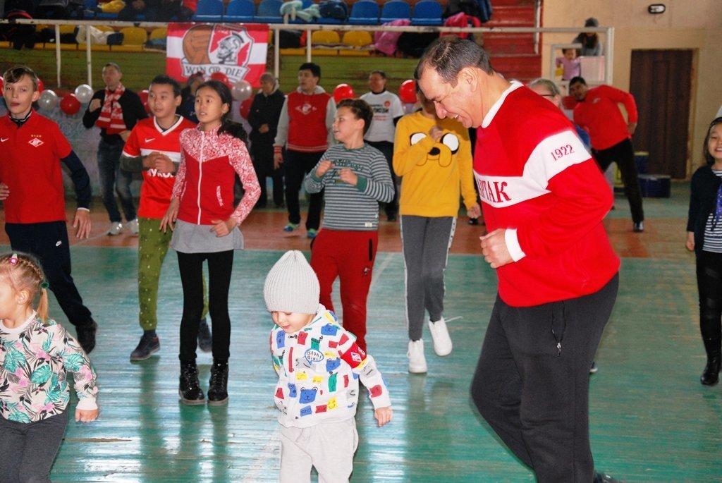 В Актау фанаты футбола организовали для детей благотворительную акцию, фото-22